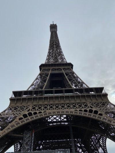 エッフェル塔を見上げながら