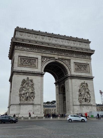 シャンゼリゼ通りから眺める凱旋門